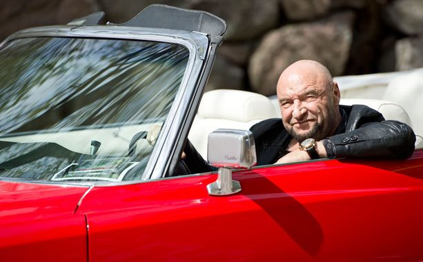 Iltalehti pääsi ainoana mediana mukaan, kun Remu Aaltonen kruisaili samalla Cadillacilla kuin 30 vuotta sitten. – Tämä auto valittiin videollemme, koska se oli Stadin kaunein avo-Cadi, Remu Aaltonen kertoo.