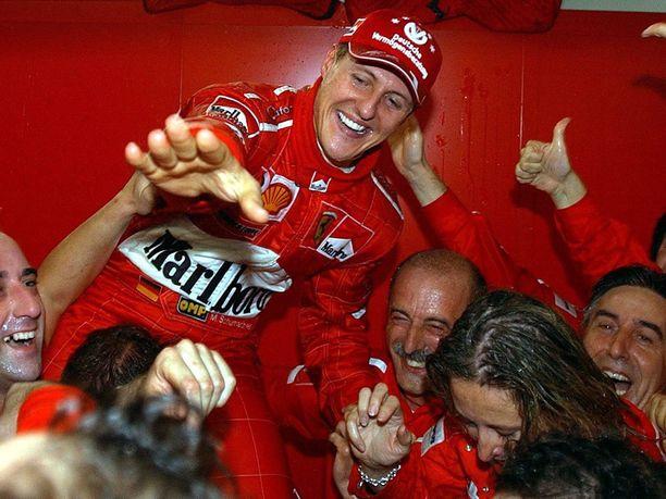 Tiukkapipoisuudestaan tunnettu Michael Schumacher heitti vapaalle mestaruusjuhlissa vuonna 2003.