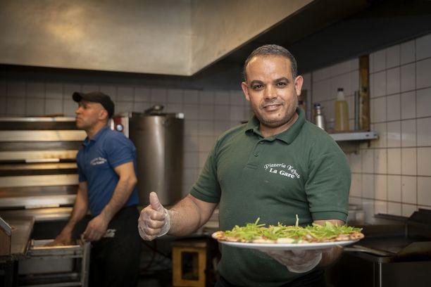 La Garen Hakim Hamdi valmisti valmisti 2018 tamperelaispizzerian suosituimman pitsan. Taustalla Jawhar Daider.