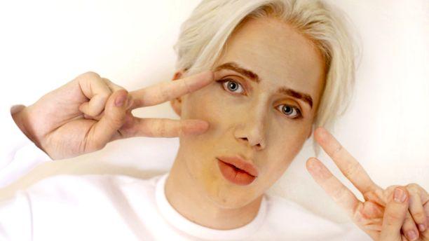 Oli London, 28, haluaa näyttää korealaiselta poptähdeltä.