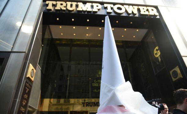 KKK-kaapuihin pukeutuneet mielenosoittajat valtasivat Trump-pilvenpiirtäjän edustan syyskuussa.