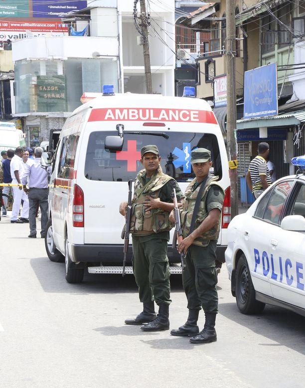 Yli 400 ihmisen on kerrottu loukkaantuneen Sri Lankalla tapahtuneissa räjähdyksissä, joiden kohteena oli kirkkoja ja luksushotelleja.
