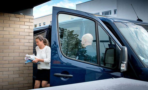 Anneli Auer saapumassa hovioikeuteen.