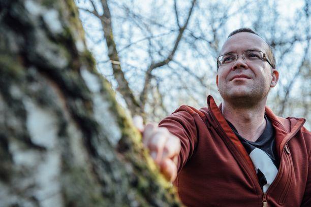 Savossa kasvanut Huttunen liikkuu paljon luonnossa. Hetki yksin metsässä on hänelle loistava tapa hillitä stressiä ja tyhjentää pää vilisevistä ajatuksista.