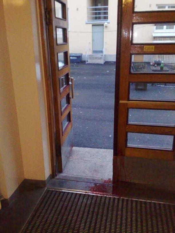 Pahoinpitelyn uhri poistui asunnosta rappukäytävään ja ulos kadulle.
