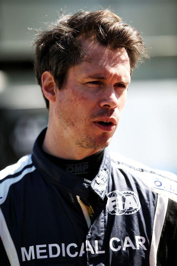 Alan Van Der Merwe ryntäsi auttamaan Romain Grosjeania liekkimeren keskelle.