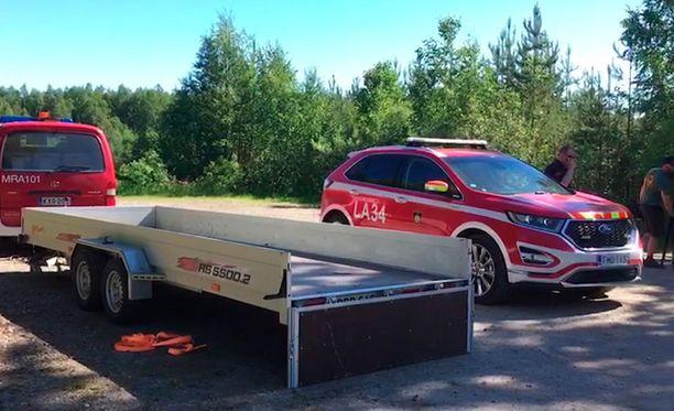 Palopäällikkö Ari Saarenpään mukaan kaksipaikkainen Atol-pienkone putosi metsälammen läheisyyteen noin kilometrin päähän Rovaniemen lentokentästä.