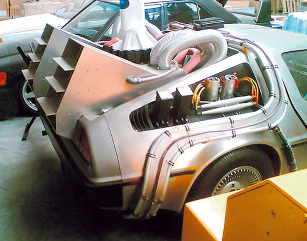 Elokuva-auto Back to the Future on myös paikalla.