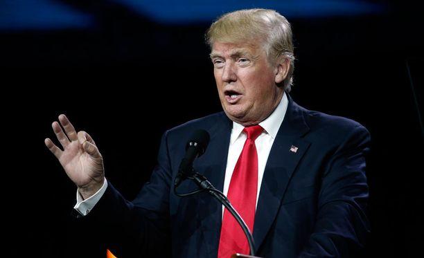 Donald Trump puolustaa kyseenalaista tviittiään, jota mm. Hillary Clinton luonnehti juutalaisvastaiseksi.