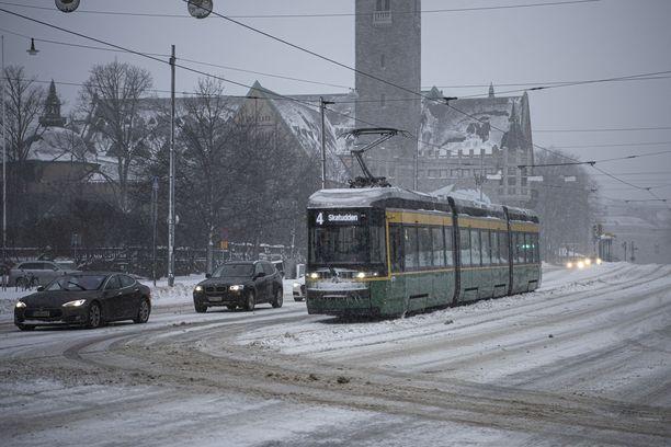 Hallituksen tavoitteena on vähintään puolittaa kotimaan liikenteen kasvihuonekaasupäästöt vuoteen 2030 mennessä vuoden 2005 tasosta. Vuoteen 2045 mennessä liikenne tulee muuttaa nollapäästöiseksi. Kuvassa talvipäivän liikennettä Helsingin keskustassa viime tiistaina.