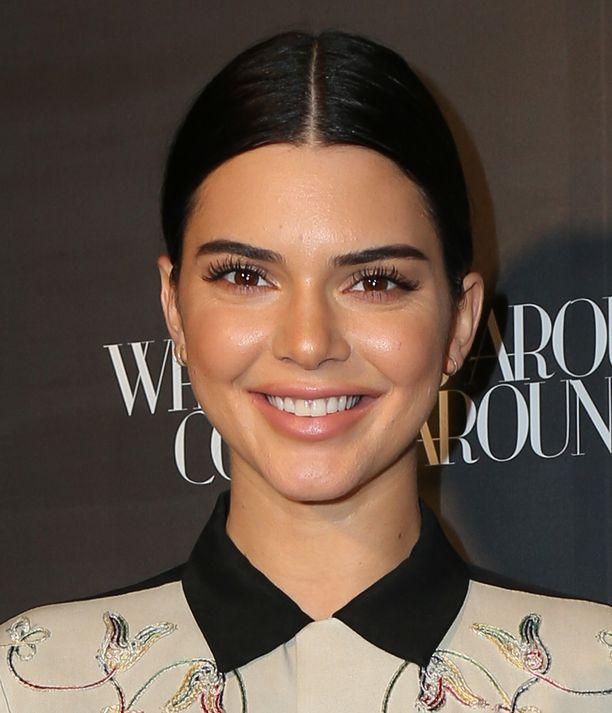Kendall Jenner lisää aurinkopuuteria paitsi kasvoille myös kaulaan ja luomille.
