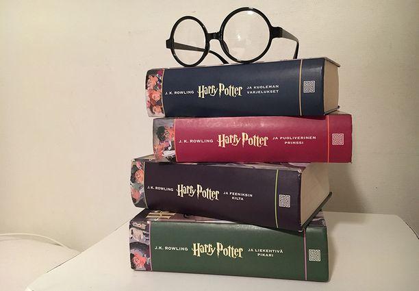 Valtavaksi ilmiöksi nousseen Harry Potter -kirjasarjan romaaneja on myyty maailmanlaajuisesti satoja miljoonia kappaleita.