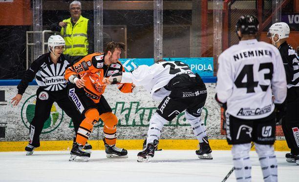 Miro Karjalainen ja Jonne Virtanen tappelivat HPK-TPS-ottelussa perjantaina.