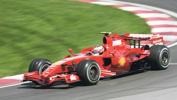 TUHOTYÖTÄ Nigel Stepneyn uskotaan käsitelleen Kimi Räikkösen autoa ennen Monacon GP-kisaa.