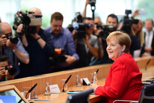 Angela Merkel esiintyi perjantaina hyväntuulisena.