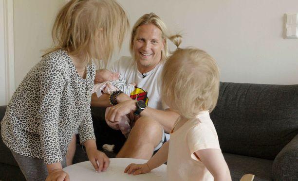 Sami Kuronen järjestää omakätisesti nuorille vanhemmille hiukan kahdenkeskistä aikaa ilmoittautumalla lapsenlikaksi.