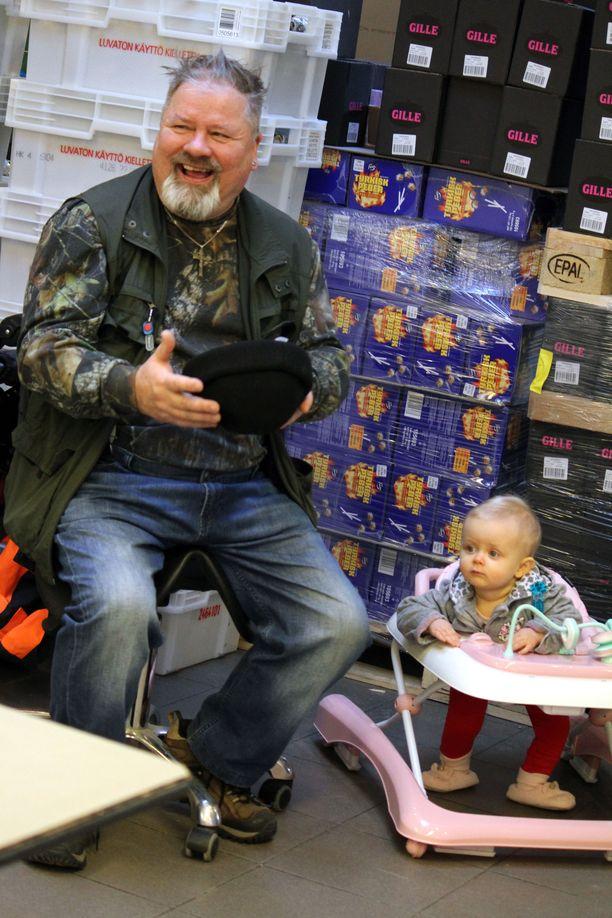 Heikki Hursti ei aio lopettaa kokonaan eläkkeelle jäätyään, vaan haluaa auttaa Hurstin Valinnassa jatkossakin. Zara-vauva ilahduttaa arkea.