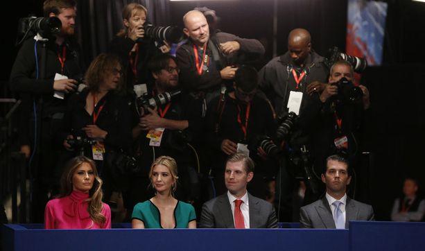 Ivanka (toinen vas.), Eric ja Donald Trump Jr. toisessa presidentinvaaliväittelyssä St. Louisissa lokakuussa 2016, jolloin Hillary Clinton nosti heidät Donald Trumpin suurimmaksi saavutukseksi. Kuvassa myös presidentin kolmas ja nykyinen vaimo Melania Trump.