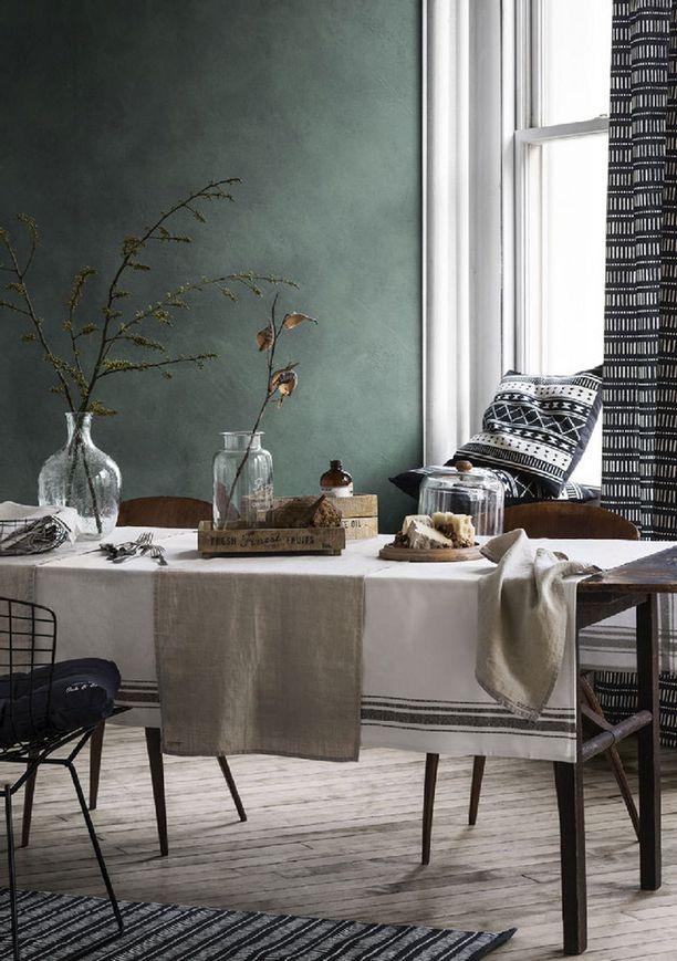 Vihreä seinä raikastaa kodin. Musta-valkoiset materiaalit ovat yhä trendikkäitä.
