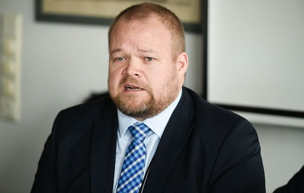 Kokoomuksen puoluesihteerin Janne Pesosen mukaan ehdokasasettelu alistetaan järjestödemokratialle komiteamallissakin. Pesonen mainitsee, että esimerkiksi Uudellamaalla piirikokouksessa on hyvin laajasti edustettuna jäseniä edustava paikallisyhdistyskenttä.