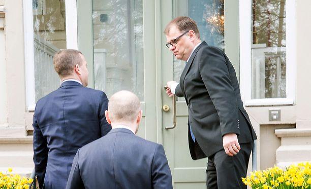 Hallituksen johtotrio Kesärannassa: Juha Sipilä avaa oven Petteri Orpolle ja Sampo Terholle.