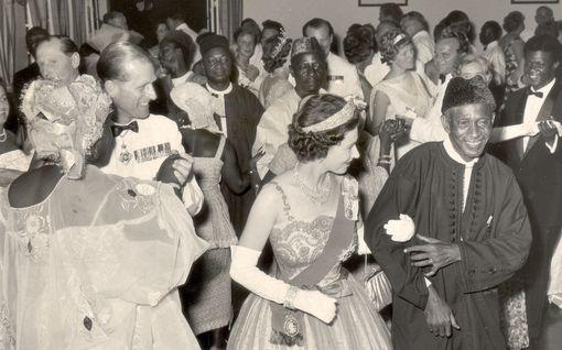 Uskomattomat rasismikohut hovissa: Elisabetin asua koristi Saatana, Harry naamioitui natsiksi, Philip solvasi presidenttiä...