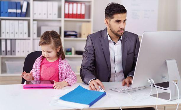 Iltalehden lukijat kommentoivat lapsen tai lemmikin tuomista työpaikalle.
