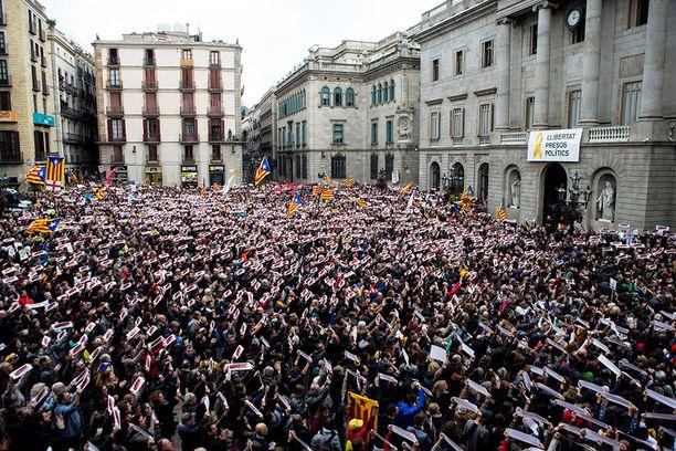 Katalaaniparlamentaarikkojen vangitsemista vastustavat ihmiset osoittivat mieltään Barcelonassa keskiviikkona.