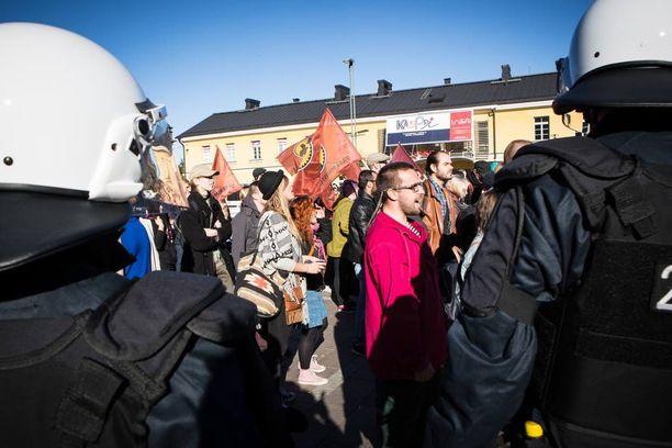 Monet rasismia vastustaneet mielenosoittajat kantoivat vasemmistonuorten lippuja.