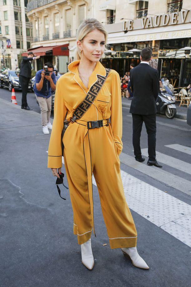 Haute Couture -muotiviikot kokosivat Pariisiin maailman vaikutusvaltaisimmat tyylitähdet. Saksalainen muotivaikuttaja ja bloggaaja Caroline Daur kuvattiin keltaisessa haalarissa ja bootseissa ennen Elie Saabin näytöstä.