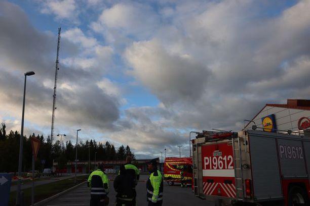 Pelastuslaitokselta oli useampi yksikkö paikalla eristämässä pysäköintialueita.