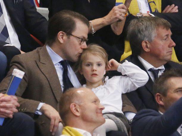 Prinssi Daniel ei haluaa menettää hetkeäkään lastensa kanssa. Kuvassa hän on seuraamassa käsipallon EM-kisoja yhdessä esikoisensa Estellen kanssa.