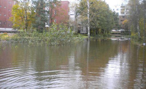 Tulvavesi valtasi asuinalueen Espoon Kirkkojärvellä.
