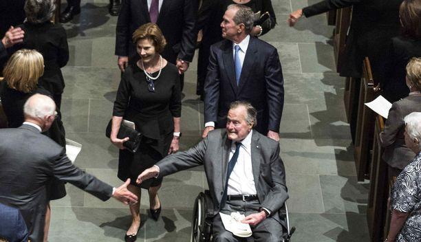 Presidentti George H.W. Bush takanaan presidentti George W. Bush ja Laura Bush.