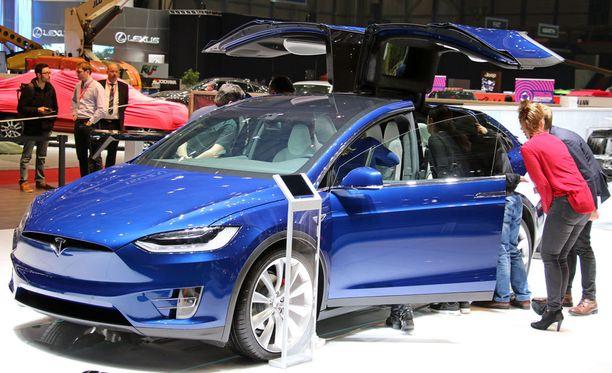 Teslan Model X -mallin niin sanotut haukansiipiovet takana aiheuttavat ongelmia. Arkistokuva.