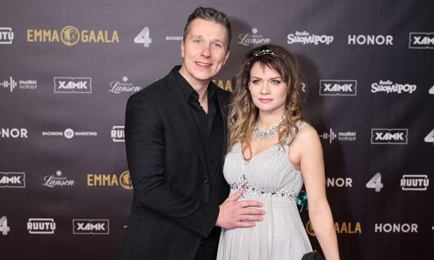 Janne Tulkki esitteli rakkaansa Anna Orkolan Emma-gaalassa.