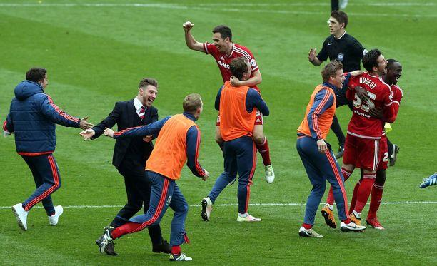 Loppuvihellyksen koko Middlesbrough'n joukkue ryntäsi kentälle.