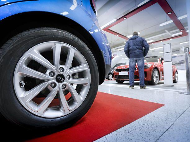 Laina-asiaa. Pankkien ja verkkolainaajien myöntämien autolainojen hinnoissa on hurjia eroja.