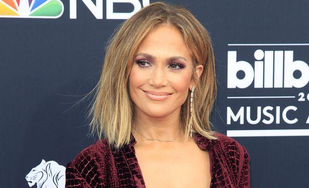 Jennifer Lopezin vasemmassa nimettömässä kimalteli sormus.