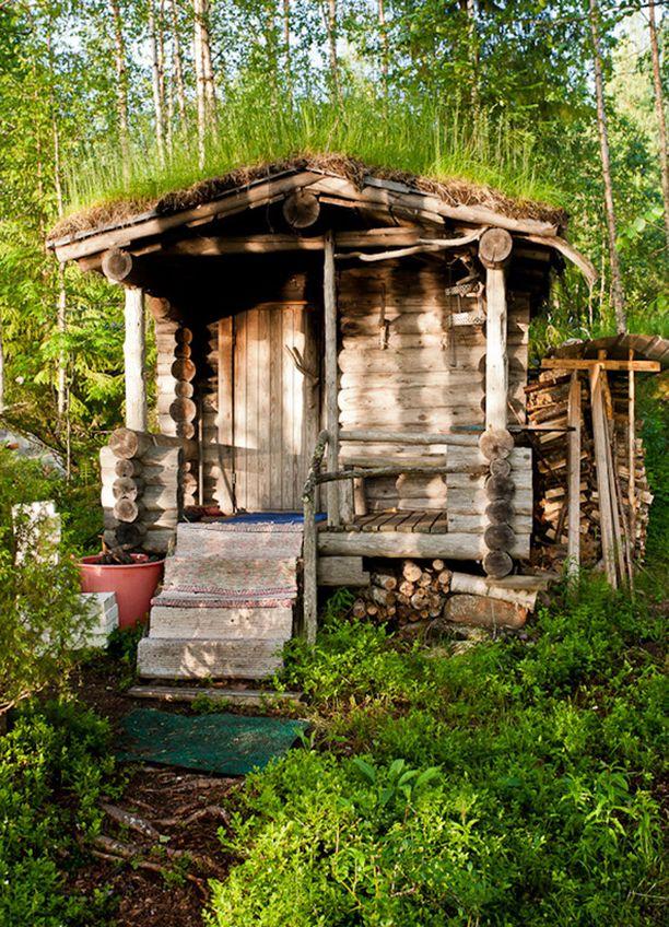 """6. Perinteinen savusauna """"Savusaunalla on pitkät perinteet jotka eläneet näihin päiviin saakka. Nykyisinkim se on myyttisyydessään harvojen herkkua. Parasta savusaunan tunnelman ja mustan noen lisäksi on ihanan pehmeät löylyt ja tuoksu.Tämä sauna on mitä perinteisin luonnon kivistä ladottu.Katto on tehty turpeesta jossa kesällä kukkii moninaiset luonnon kukat,onpa kuusi ja koivukin katolla viihtyneet."""""""