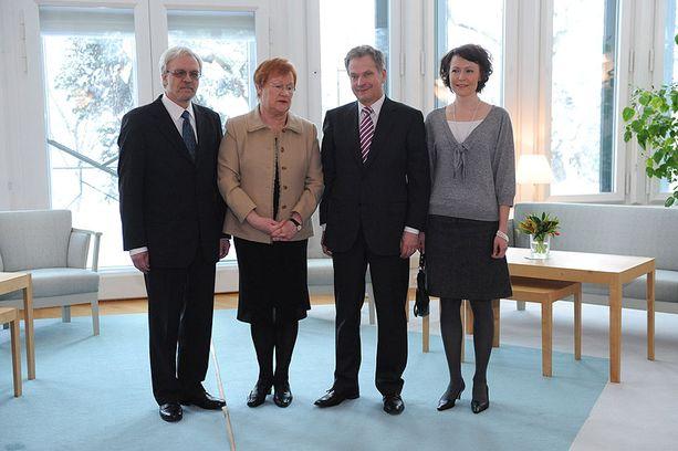 Nykyinen ja seuraava presidenttipariskunta asettui yhteiskuvaan maanantaina Mäntyniemessä.