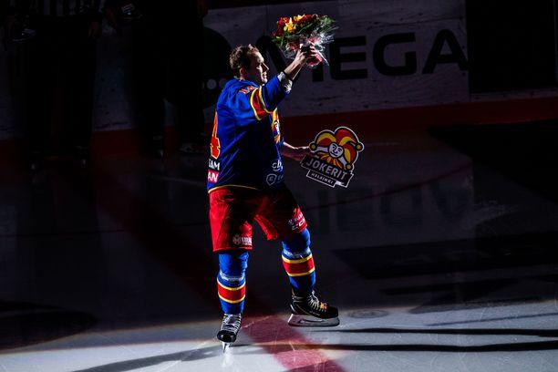 Tiistain SKA-ottelussa apuvalmentajana toimiva Tomi Mäki pelasi Jokereissa 15 kautta ja lopetti pelaajauransa keväällä 2019.