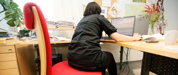 Sosiaali- ja terveysministeriö julkaisi keskiviikkona uudet suositukset istumisen vähentämisestä.