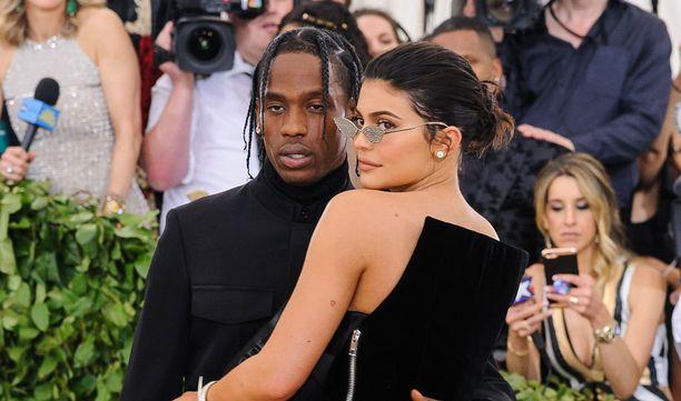 Kylie Jenner ja Travis Scott esiintyivät yhdessä Met-gaalassa.