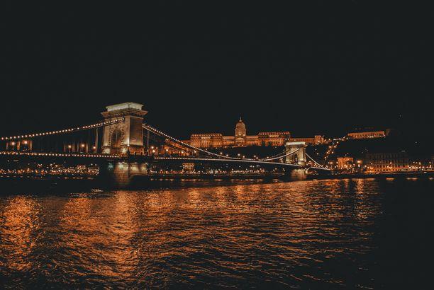 Budan puolella sijaitseva kuninkaanlinna näkyy kauas Tonavan yli.