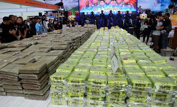 Thaimaan poliisi esitteli takavarikkosaalista Bangkokissa tiistaina.