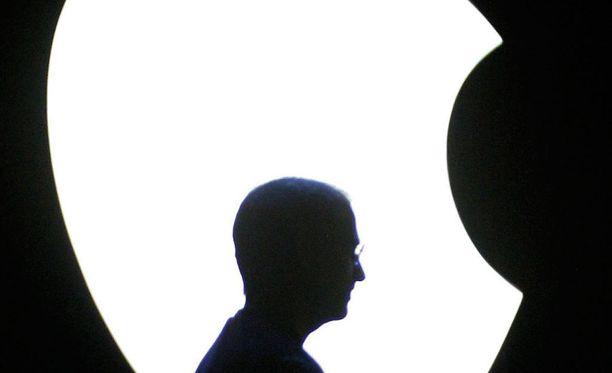 Applen edesmennyt kanssaperustaja ja toimitusjohtaja Steve Jobs Applen omenasymbolia vasten kuvattuna vuonna 2004.