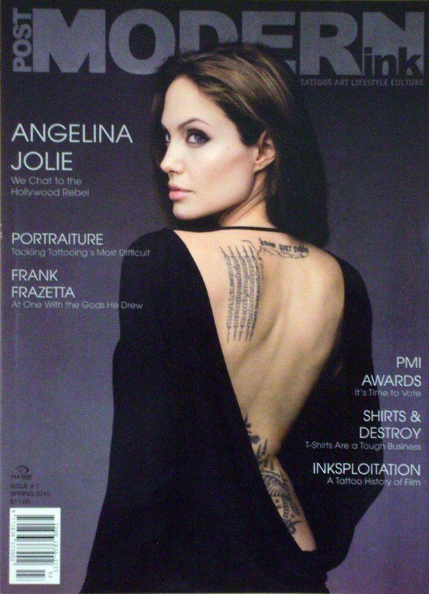 """Angelinan vasemmassa lapaluussa on buddhalainen runo kiinalaisen merkin paikalla, ja niskassa tähdellä lukee englanniksi """"Tiedä oikeutesi""""."""