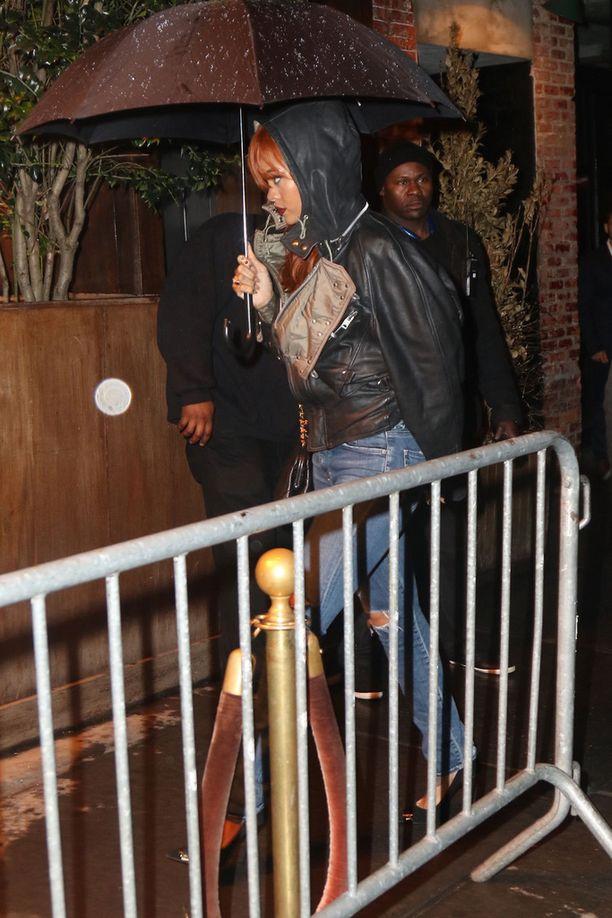Rihanna ja Karim yrittivät välttää paparazzeja poistuessaan yökerhon avajaisista viime viikolla.