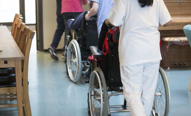 Tuomittu 62-vuotias nainen oli lähetellyt sairaanhoitajalle ja lähihoitajalle valheellisia syytöksiä sisältäneitä viestejä. Kuvituskuva.